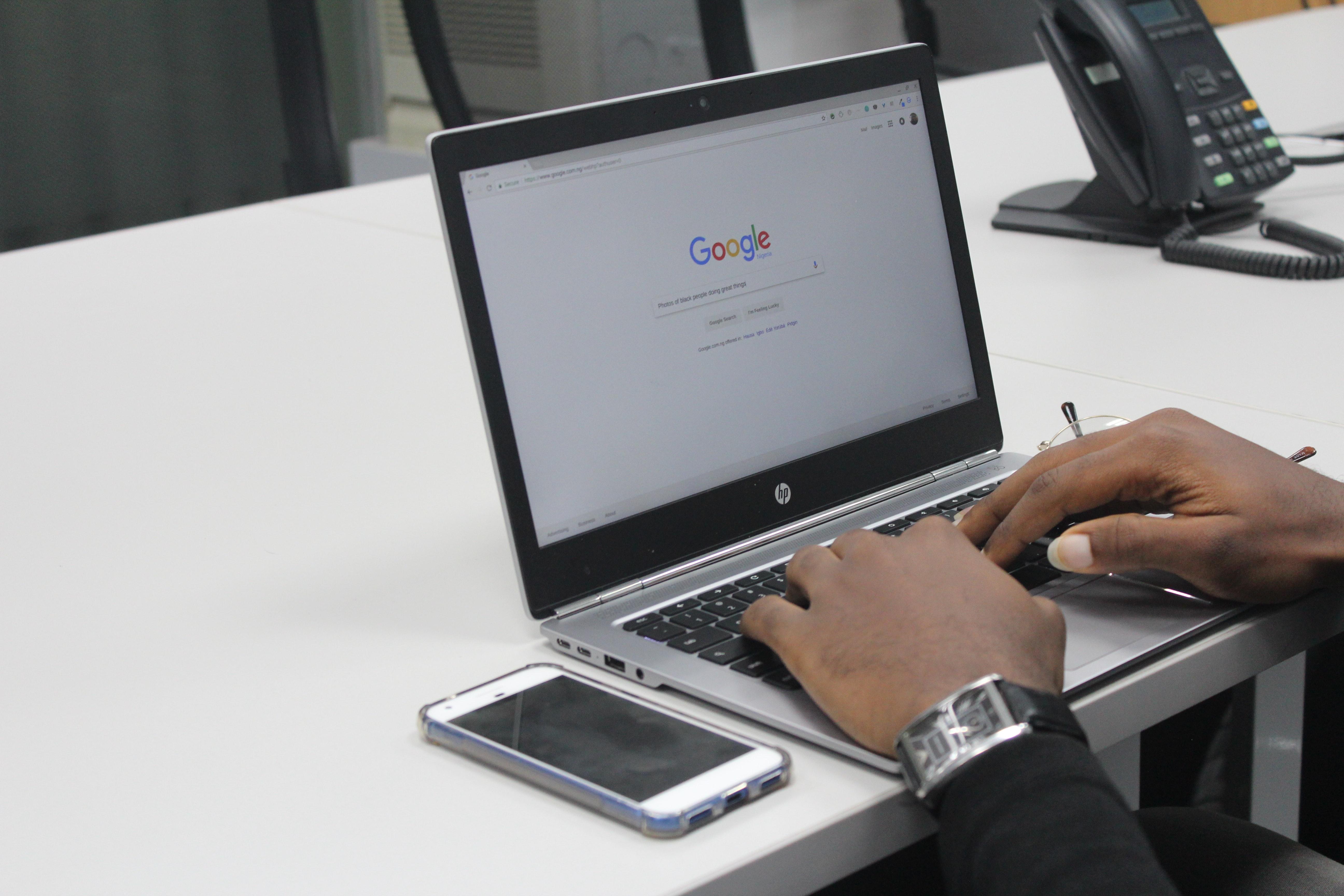 ordinateur portable main homme smartphone