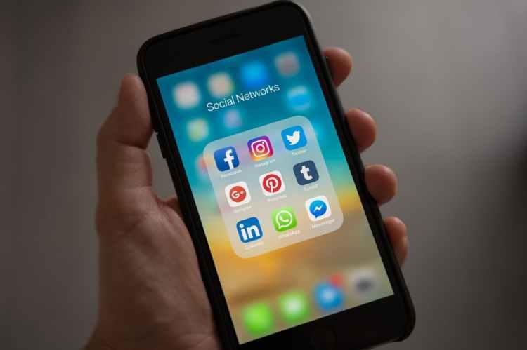 smartphone réseaux sociaux