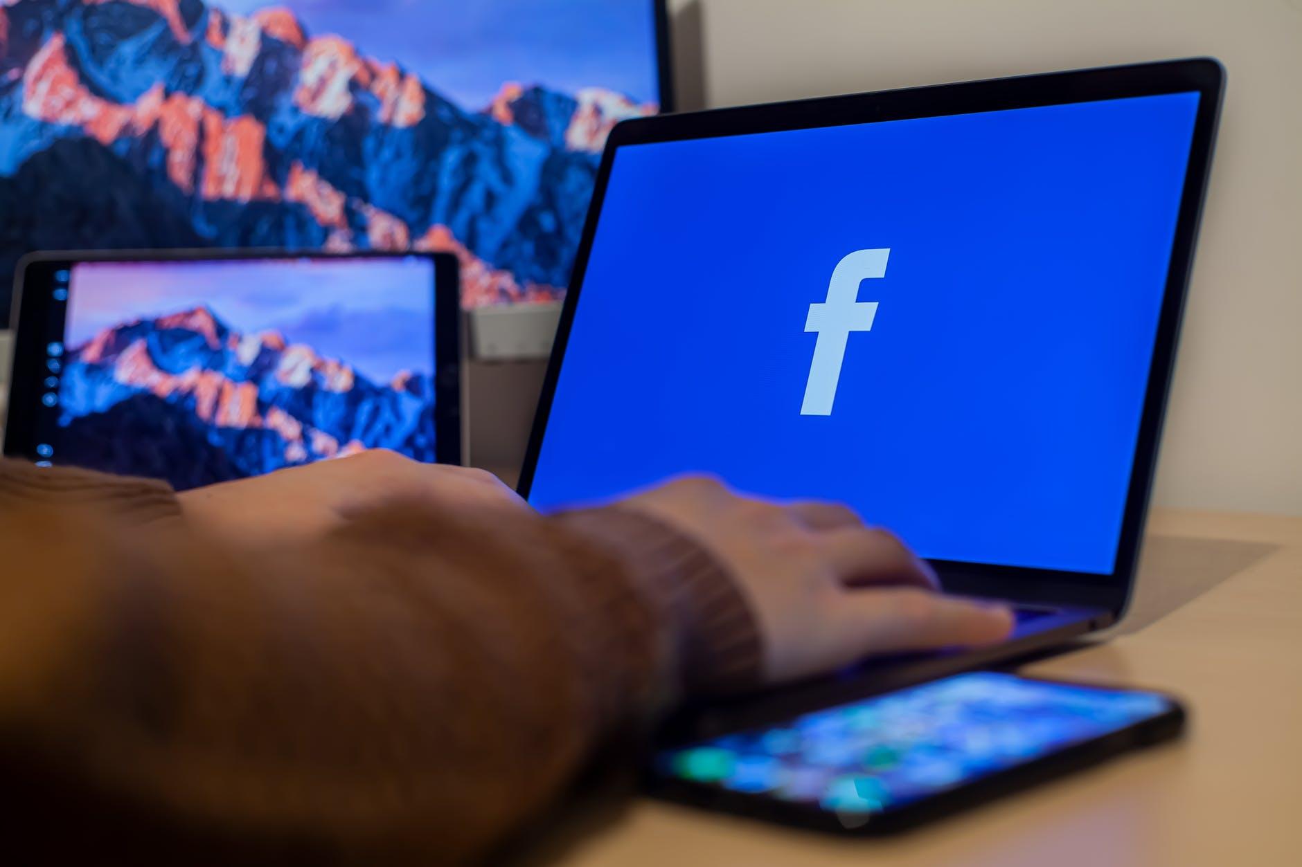 ordinateur portable facebook logo
