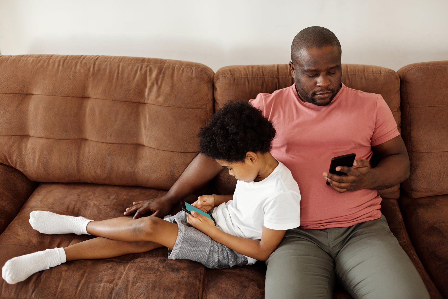 homme enfant canapé smartphone
