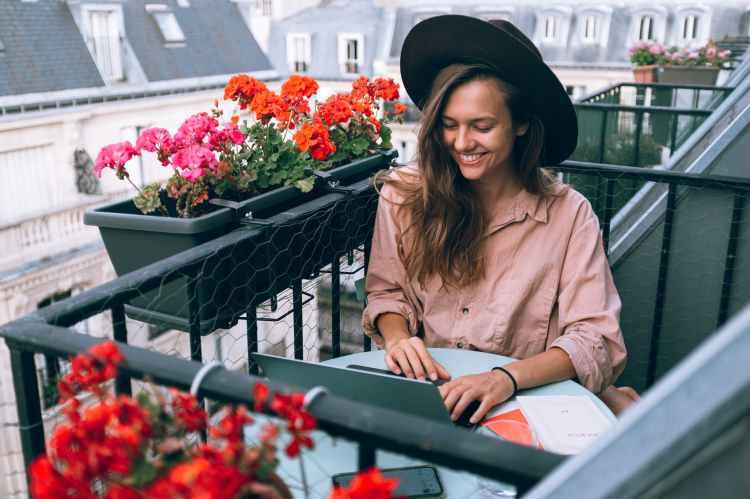 femme balcon ordinateur portable