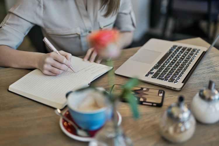 femme écrire bureau