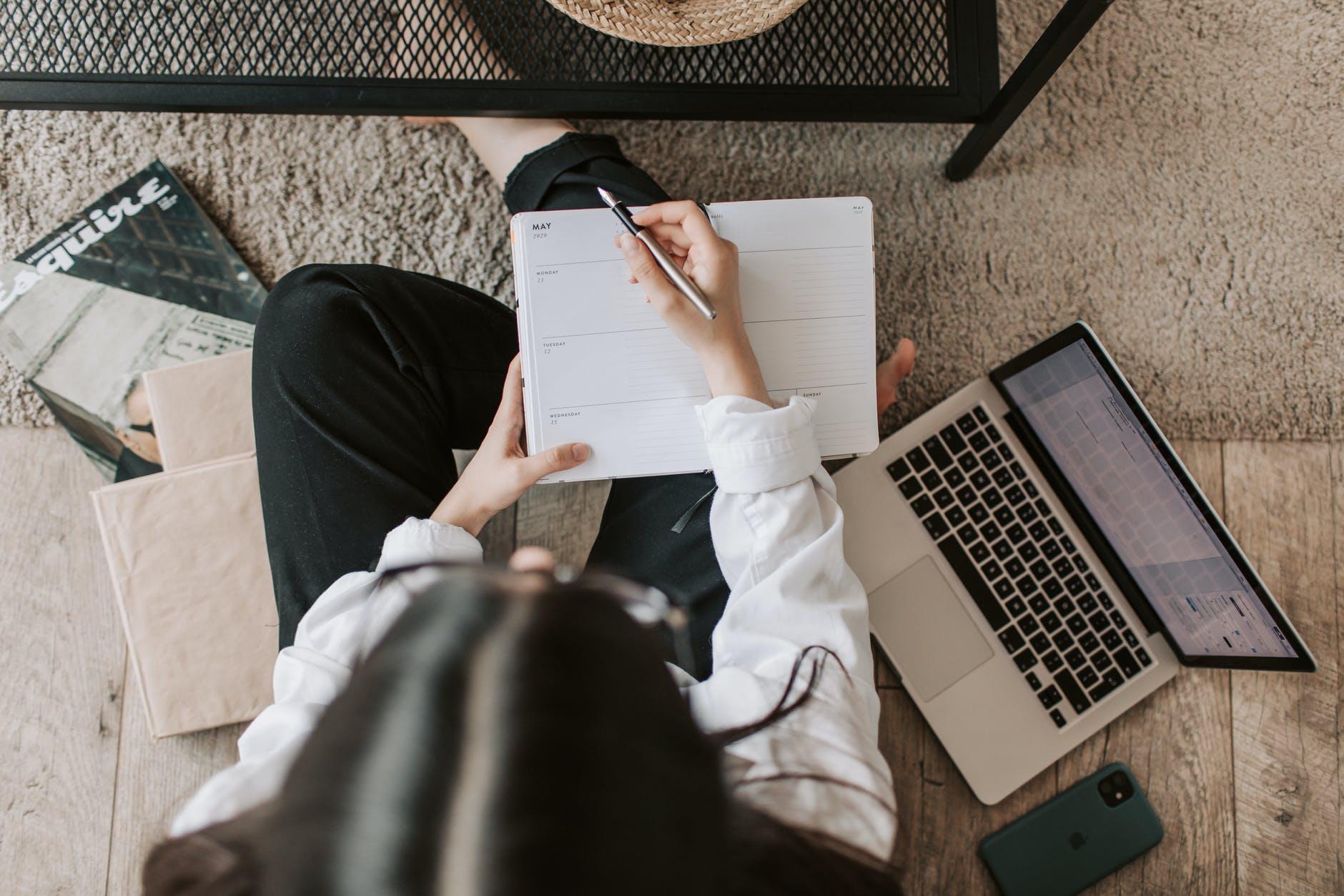 femme agenda ordinateur portable