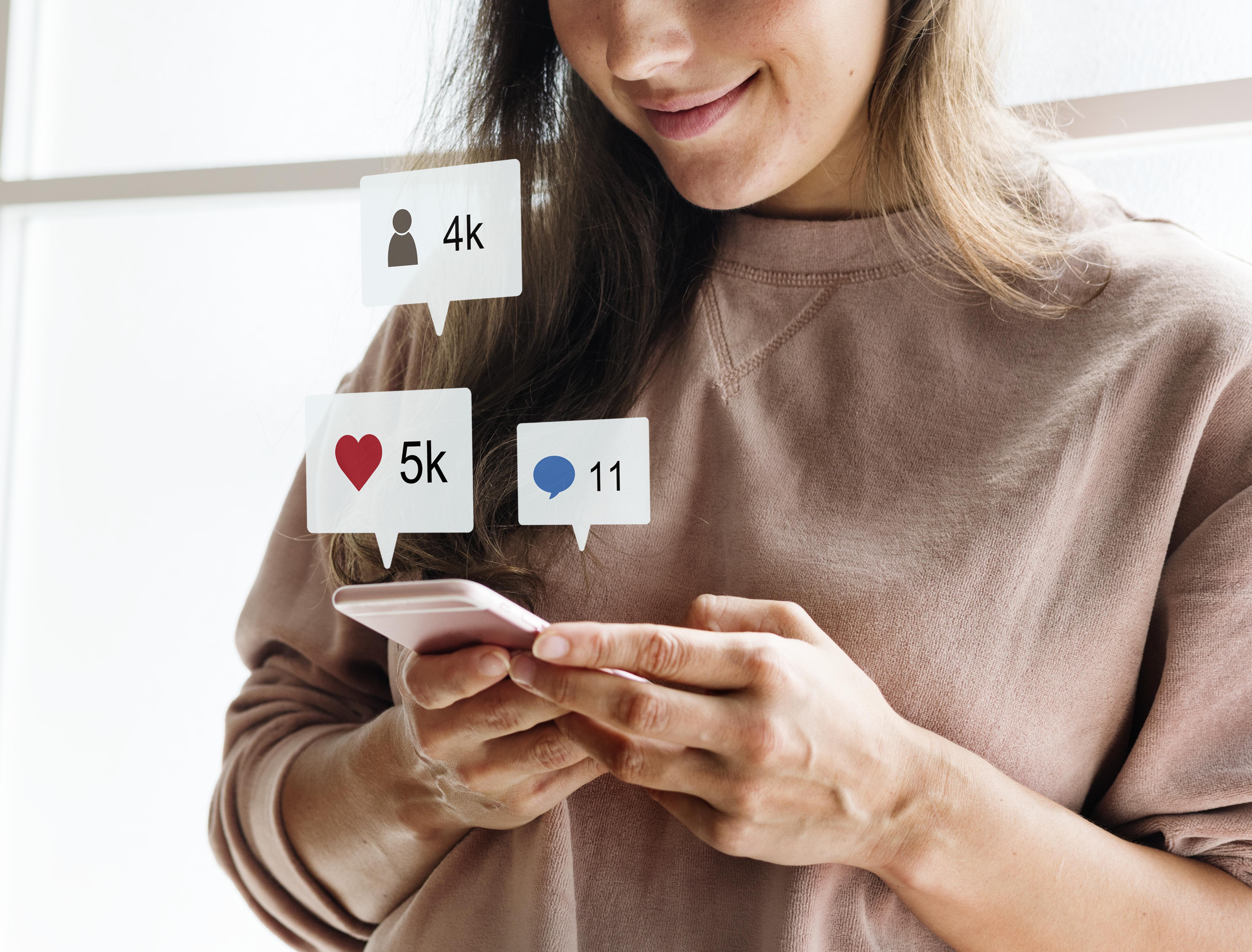 femme partage réseaux sociaux