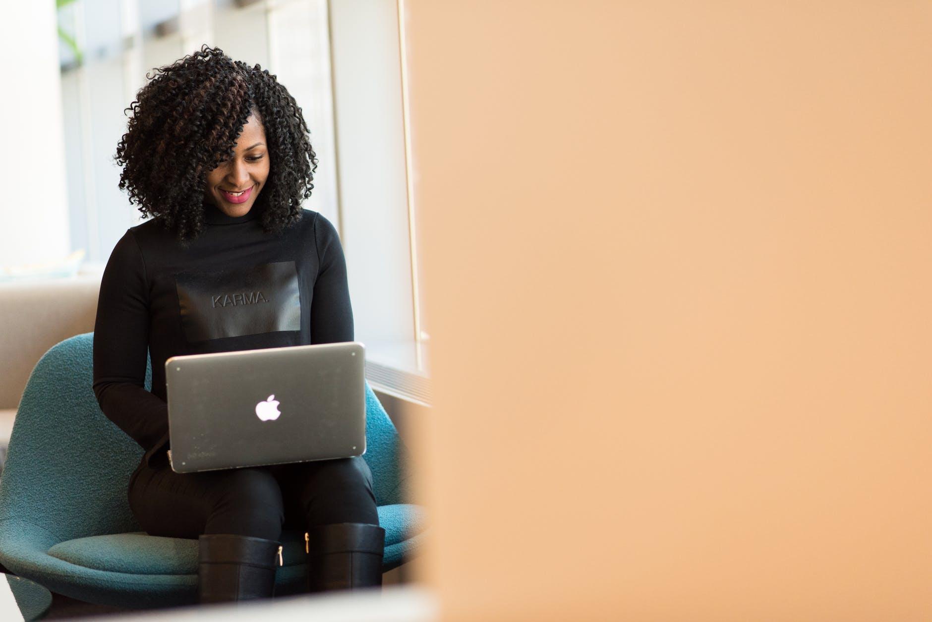 femme assise ordinateur portable