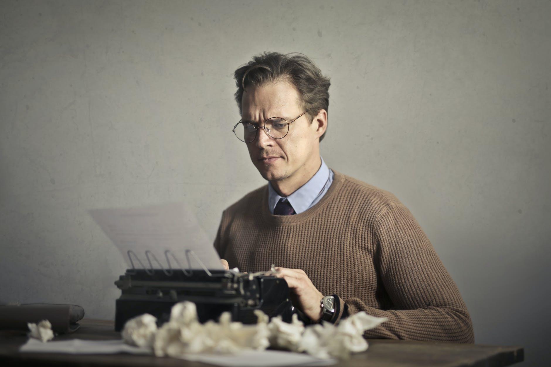homme machine à écrire