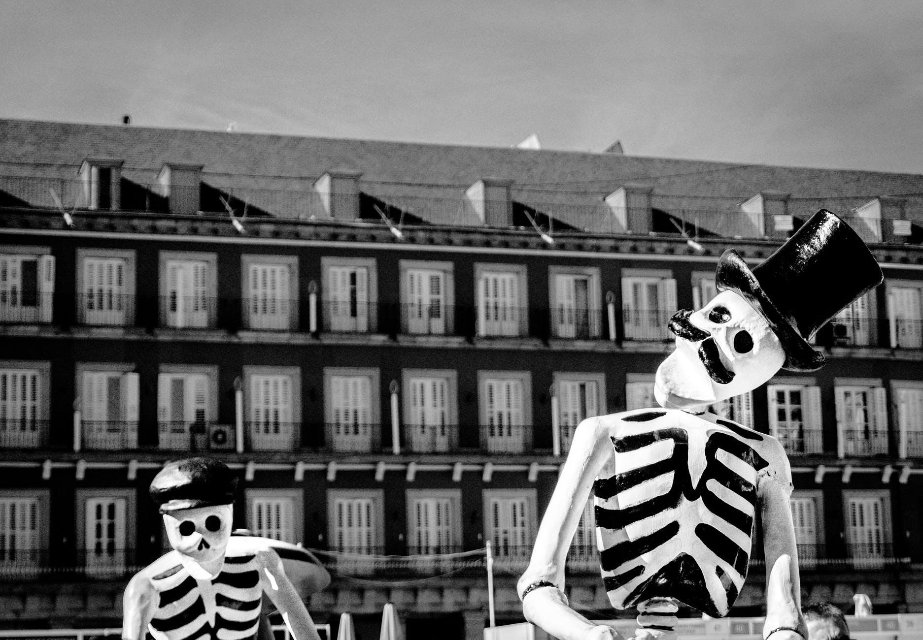 squelette chapeau noir